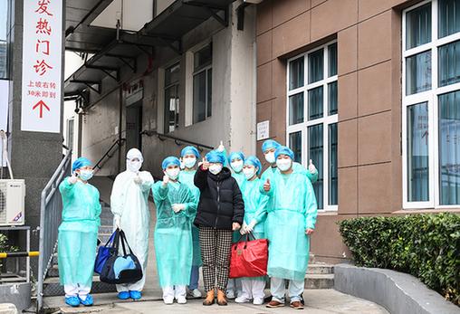 """武漢新冠肺炎患者出院 與住院患者隔空互喊""""加油"""""""