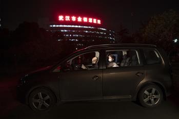 """特寫(xie)︰為節省10分鐘,這對醫(yi)護夫妻""""以車為家"""""""