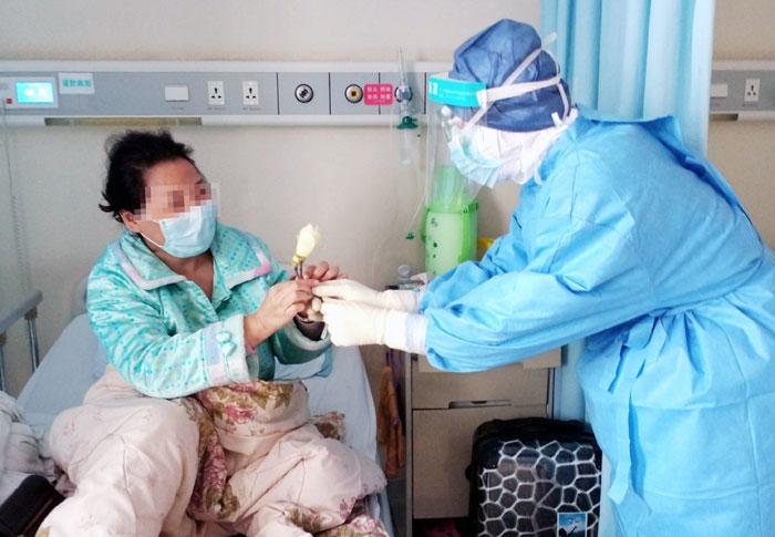 武漢:摘朵小花送給病房裏的你