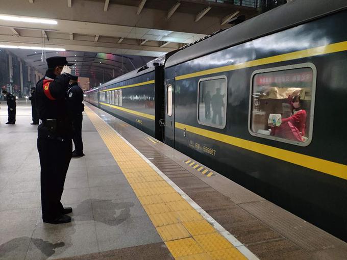 武漢列車站臺上擦肩而過的祝福