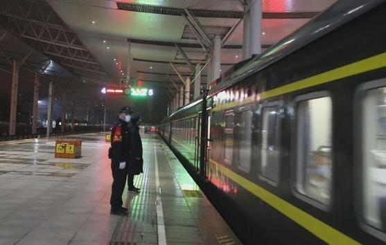 來了!首趟經停武漢列車抵達