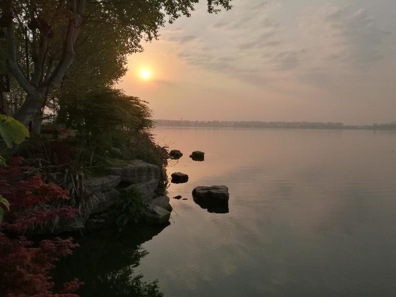 """東湖(hu)迎(ying)來(lai)武漢""""解封(feng)""""後(hou)的首個(ge)日出"""