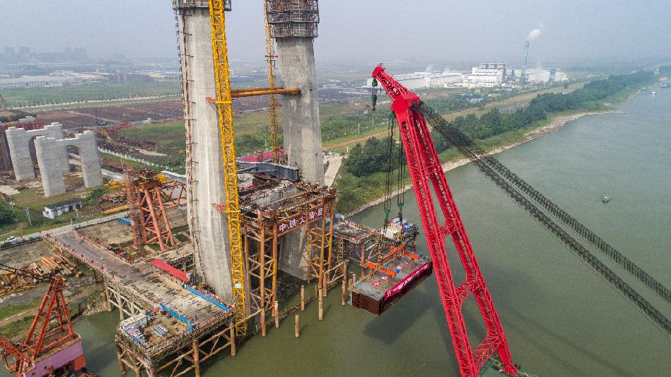 全國首座設計時(shi)速350公里(li)的長江鐵(tie)路橋(qiao)開始架梁