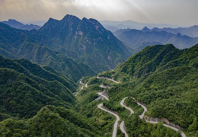 銀蛇游弋山(shan)間 航拍(pai)谷城趙灣盤山(shan)公路