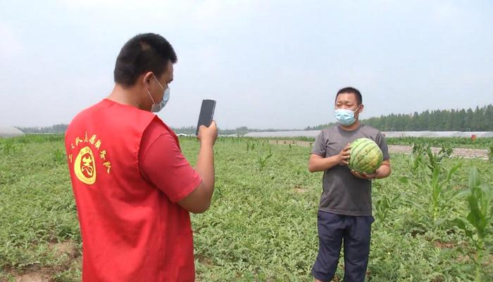 夏天吃西瓜最帥的樣子 直播徒手劈西瓜