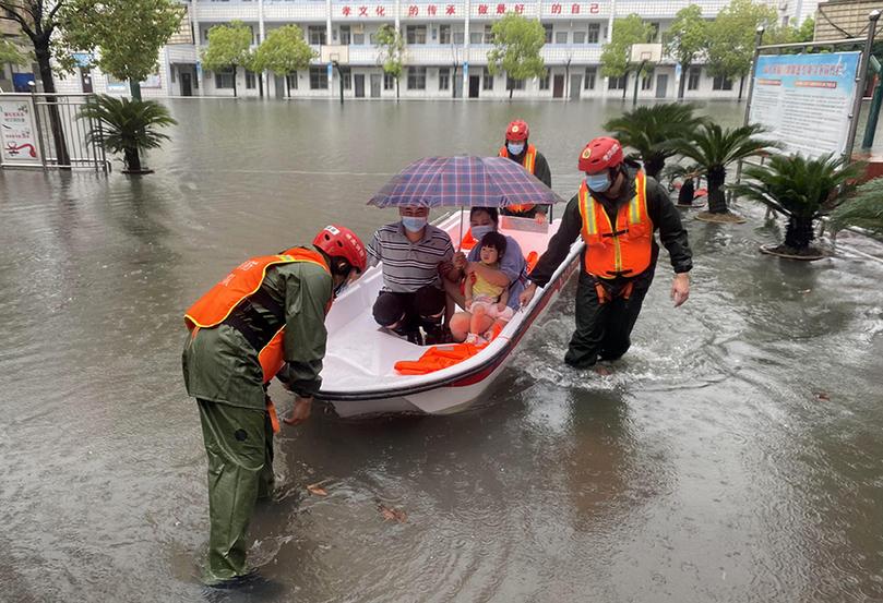 暴雨來襲城區積水 黃岡消防人員緊急轉移群眾