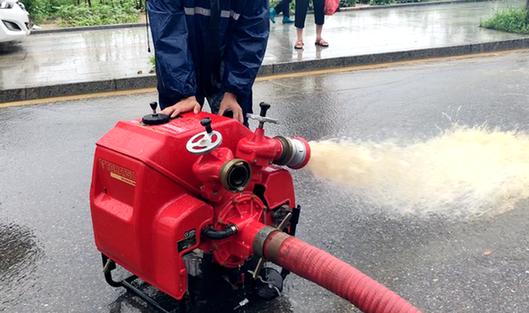 強降雨侵襲羅田造成內澇 消防人員緊急排險