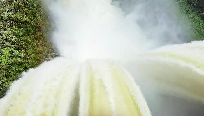 持續暴雨來襲 湖北鶴峰開閘泄洪緩解防汛壓力