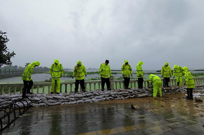 湖北荊門長湖水位持續上漲 民兵和民警緊急搶險