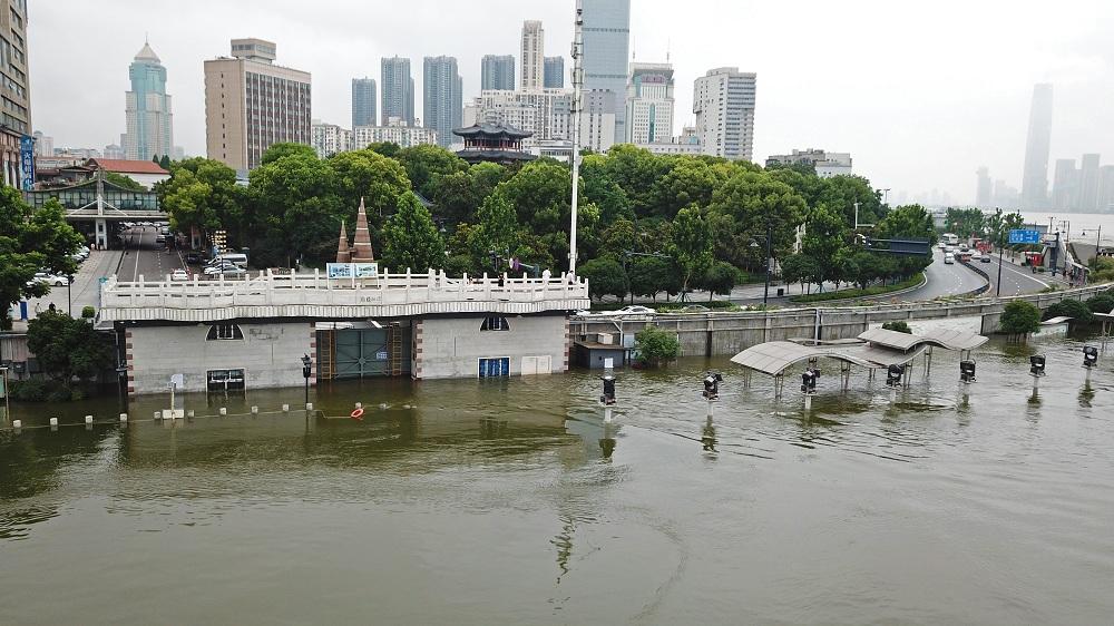 直擊長江武漢段超警水位 江灘親水平臺被淹沒