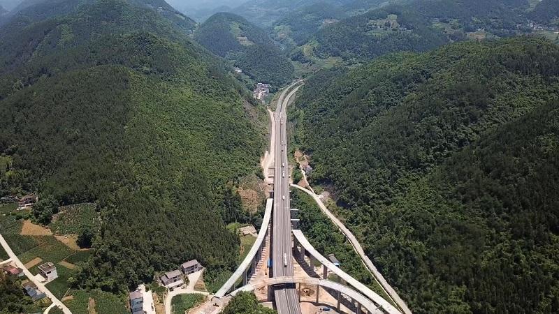 劈山跨壑 氣勢如虹 湖北開通兩條扶貧大通道
