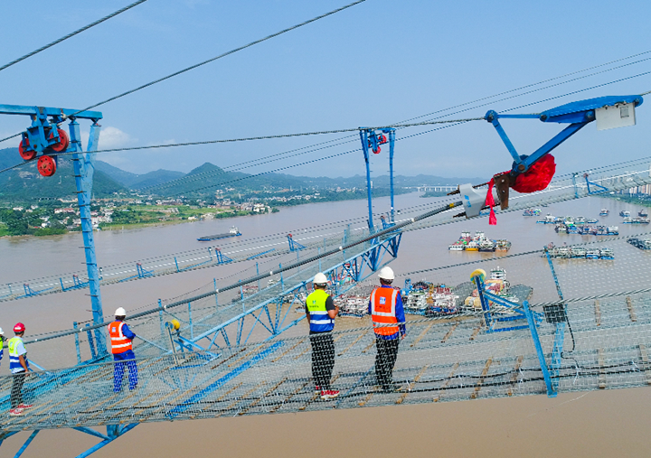 湖北宜昌主跨千米級長江特大橋開始主纜架設