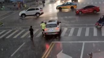 無人轎車路上失控滑行 交警飛身上車剎停車輛