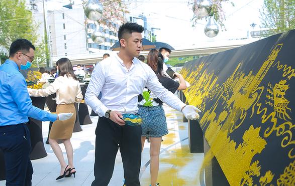 百米長卷金粉畫展現數百年漢正街發展歷程