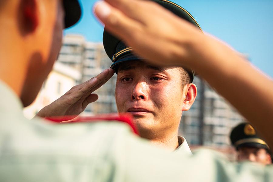 退伍老兵卸警銜 硬漢瞬間撒熱淚