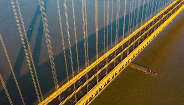 航拍世界跨度最大雙層公路懸索橋 一步跨越長江