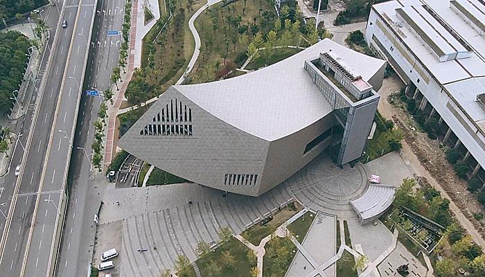 """【""""飛閱""""中國】航拍張之洞與武漢博物館 似乘風破浪鋼鐵巨輪"""