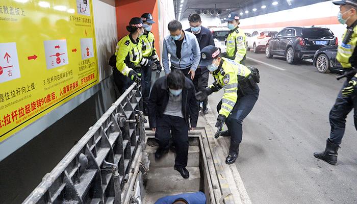 武漢長江公鐵隧道舉行演練 記者體驗長江疏散通道