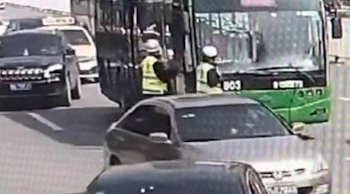 湖北武漢:公交司機突發腦梗 交警飛奔救援