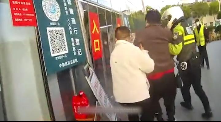 湖北武漢:快騎隊員晚高峰開綠色通道 緊急救助病患