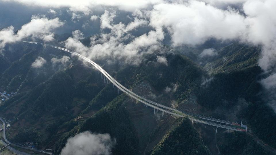 沿著高速看中國丨一個武陵山區貧困縣的變化