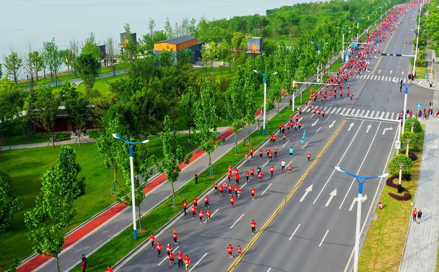 2021湖北·長江半程馬拉松開跑 8000跑友相聚枝江