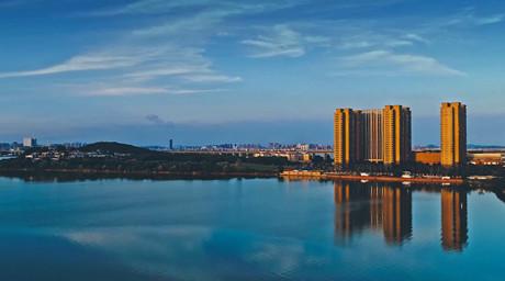 """【""""飛閱""""中國】雲卷雲舒湯遜湖 水在城中城在景中"""