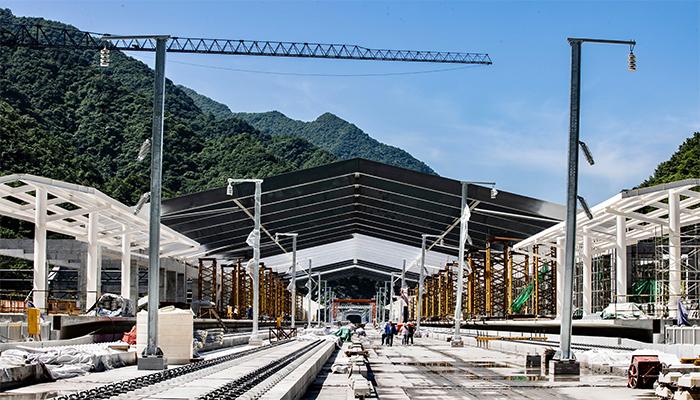 鄭萬高鐵神農架站站房主體框架結構全面封頂