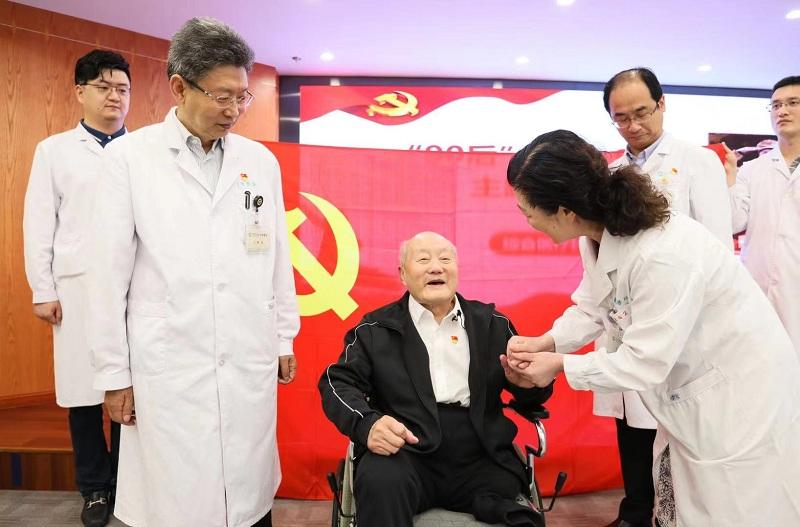 老英雄張富清勉勵青年醫生:做一輩子好醫生