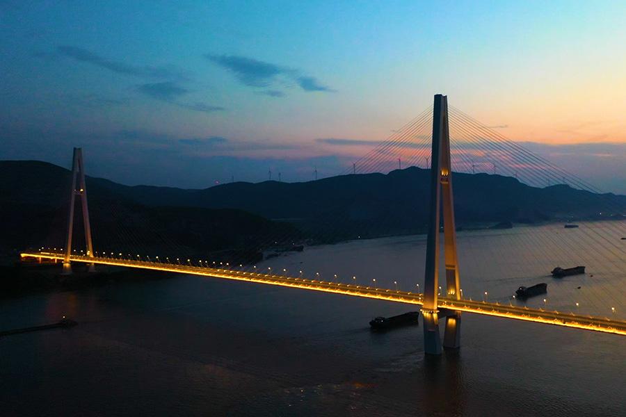 沿著高速看中國丨夜看武穴大橋:為武漢城市圈建設增添新動力