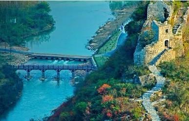 春秋寨位于南漳县东巩镇北13公里的陆坪村境内(250省道76公里处),海拔