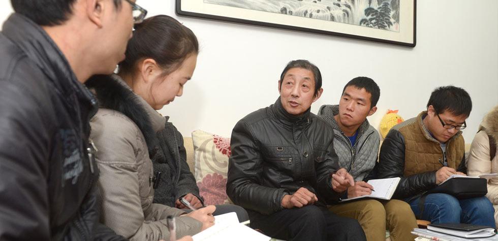 退休干部熊约翰(右三)在为青年学员们讲述为群众服务的理念