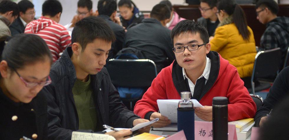 青年学员们在集中培训期间进行集中学习与分组讨论