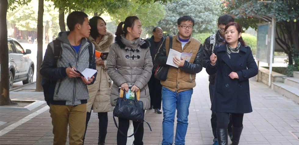 青年学员们在武汉市百步亭社区了解社区基层工作情况