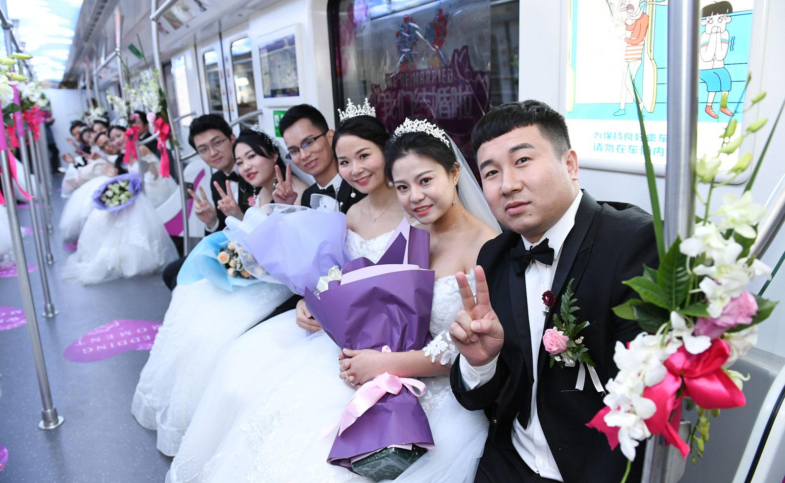 作为地铁承建方的中建三局基础设施公司联合武汉地铁集团,在地铁阳逻线开通之际,为21名地铁建设者举办了别开生面的集体婚礼。图为21对新人乘坐自己建设的地铁,体验不一样的幸福。(连迅 摄)