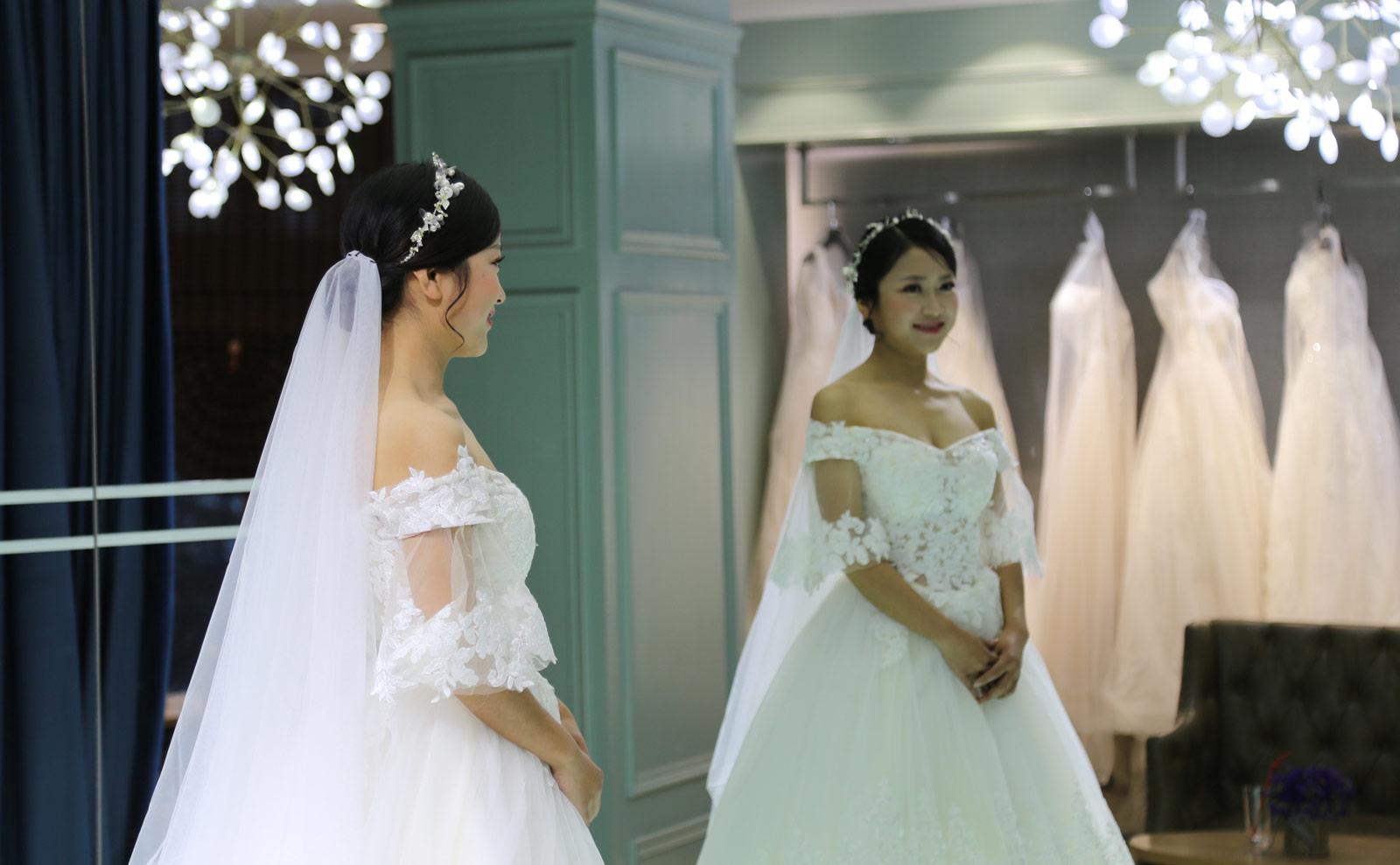 2018年元旦前夕,武汉地铁21号线(阳逻线)后湖大道站站厅举行了一场充满浓郁地铁特色的集体婚礼,21对新人步入婚姻殿堂。图为一位新娘身穿婚纱露出幸福笑容。(连迅 摄)