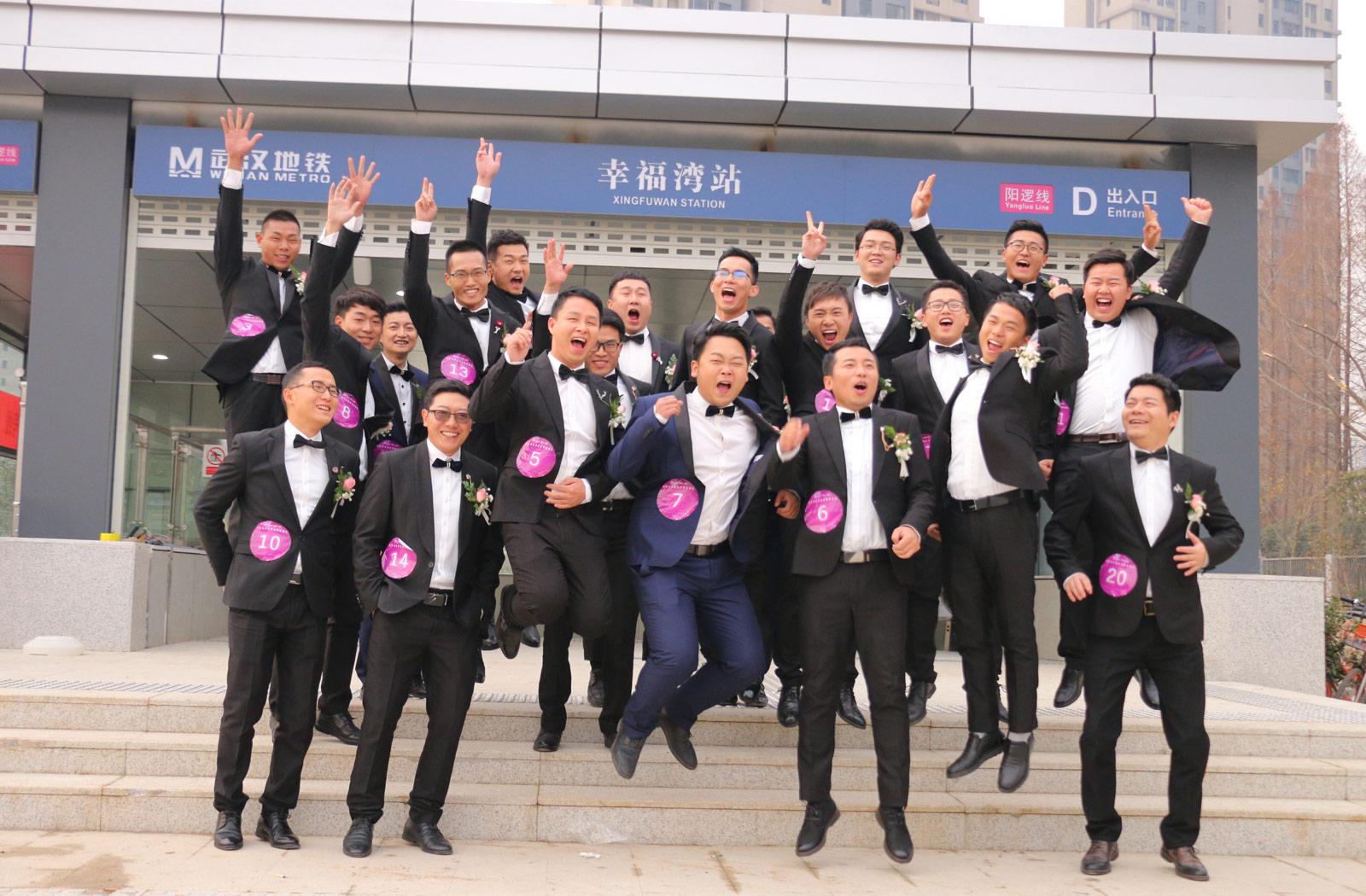 2018年元旦前夕,武汉地铁21号线(阳逻线)后湖大道站站厅举行了一场充满浓郁地铁特色的集体婚礼,21对新人步入婚姻殿堂。图为新郎在幸福湾站幸福合影。(连迅 摄)