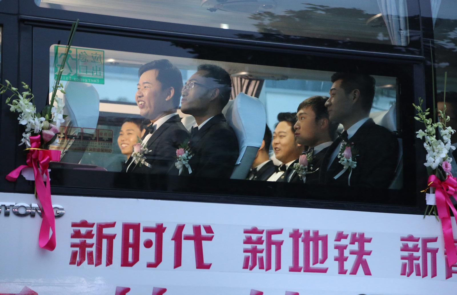 作为地铁承建方的中建三局基础设施公司联合武汉地铁集团,在地铁阳逻线开通之际,为21名地铁建设者举办了别开生面的集体婚礼。图为新人乘坐大巴参加地铁婚礼。(连迅 摄)