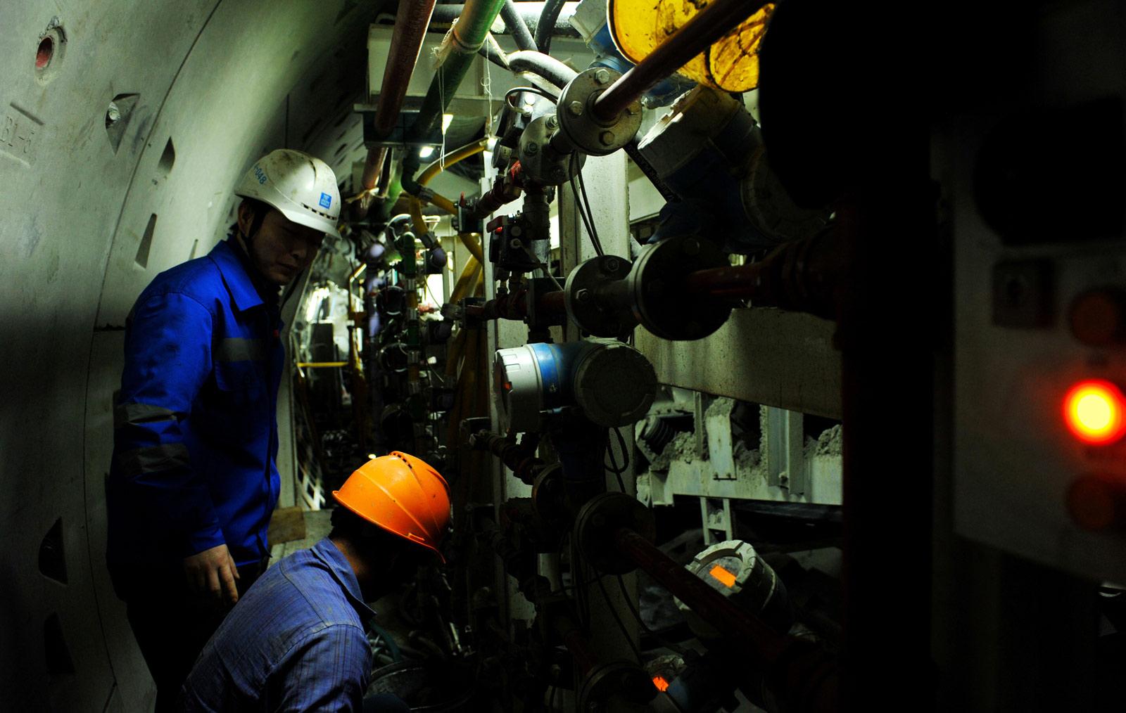 目前武汉有16条线路同期建设,建设规模居全国前列。自武汉地铁首条线路武汉轨道交通1号线于2004年7月28日开通运营,到2017年12月27日同天三条线路开通,武汉地铁已经走过了13个年头,建成总里程达237公里。这些成就的取得都离不开建设者的辛勤付出。图为建设者夏季在地铁隧道施工。
