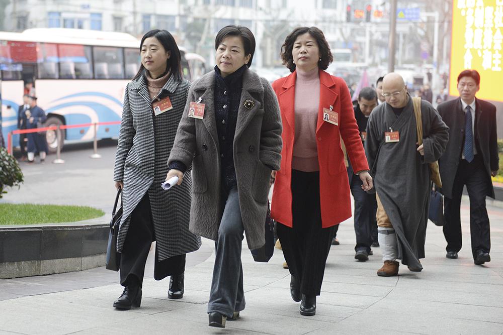 政协湖北省第十二届委员会第一次会议23日在武汉开幕,图为参会委员进场。新华网 欧阳小洁摄