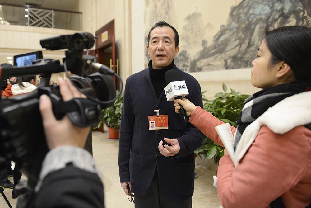 政协湖北省第十二届委员会第一次会议23日在武汉开幕,图为参会委员接受媒体采访。新华网 欧阳小洁摄