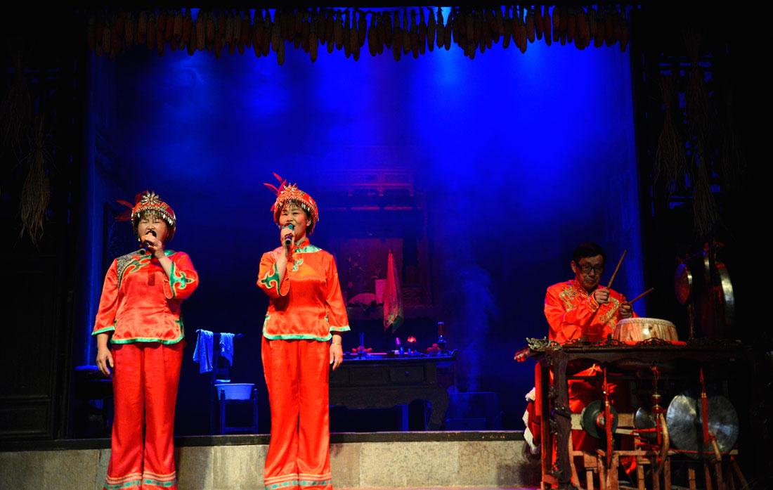 在湖北省秭归县屈原故里景区端午习俗馆进行的民俗表演。新华网 欧阳小洁 摄