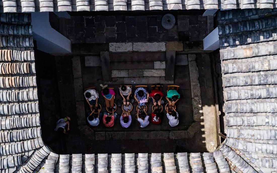 图为在湖北省秭归县屈原故里景区端午习俗馆,居民用艾草洗脚。