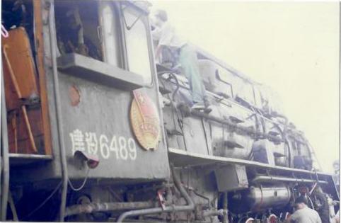 """图为蒸汽机车。</br>上世纪90年代初,陈红生第一次驾驶蒸汽机车时除了激动和开心,还有一点懵,""""蒸汽机车用煤做燃料,车子一开动起来,满司机室都是烟、气、雾,工作环境可以说是很差了。"""""""