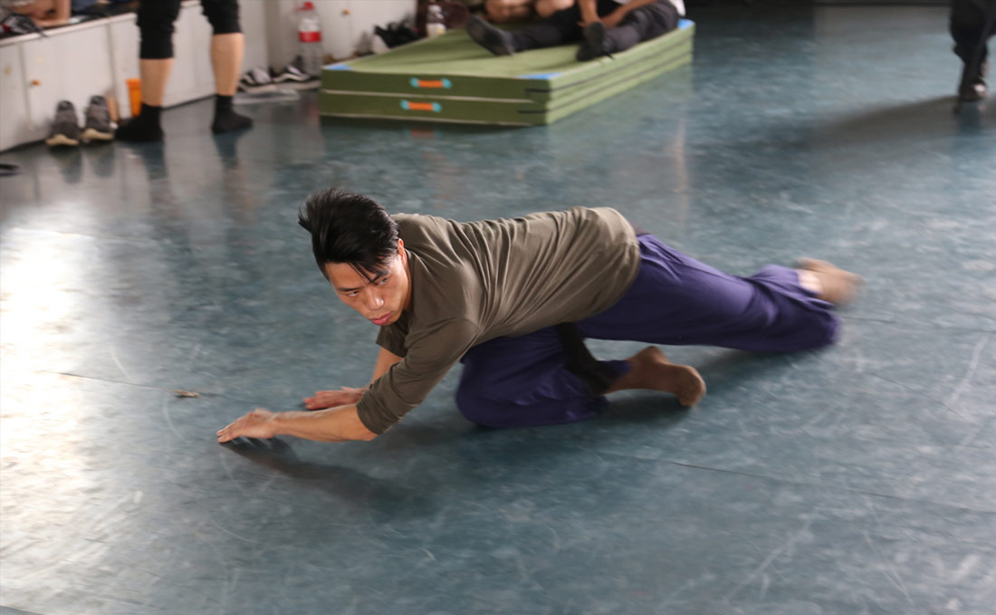 2001年4月,肖雪峰进入武汉歌舞剧院。他以老同志为榜样,靠勤学苦练来缩短和别人的差距。从事舞蹈事业,受伤难免。肖雪峰曾多次受伤,但他总能靠坚强的毅力和刻苦的训练重新站上舞台。图为肖雪峰训练照。(连迅 摄)