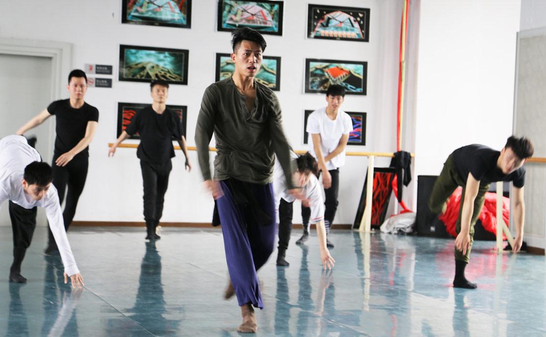 肖雪峰受伤最严重的一次是在2012年4月份,那一次他的跟腱断了。对于舞蹈演员来说跟腱断了这样的伤病就意味着告别舞台。但肖雪峰还是咬牙挺了过来,在半年后重新回到舞台。图为肖雪峰训练照。(连迅 摄)