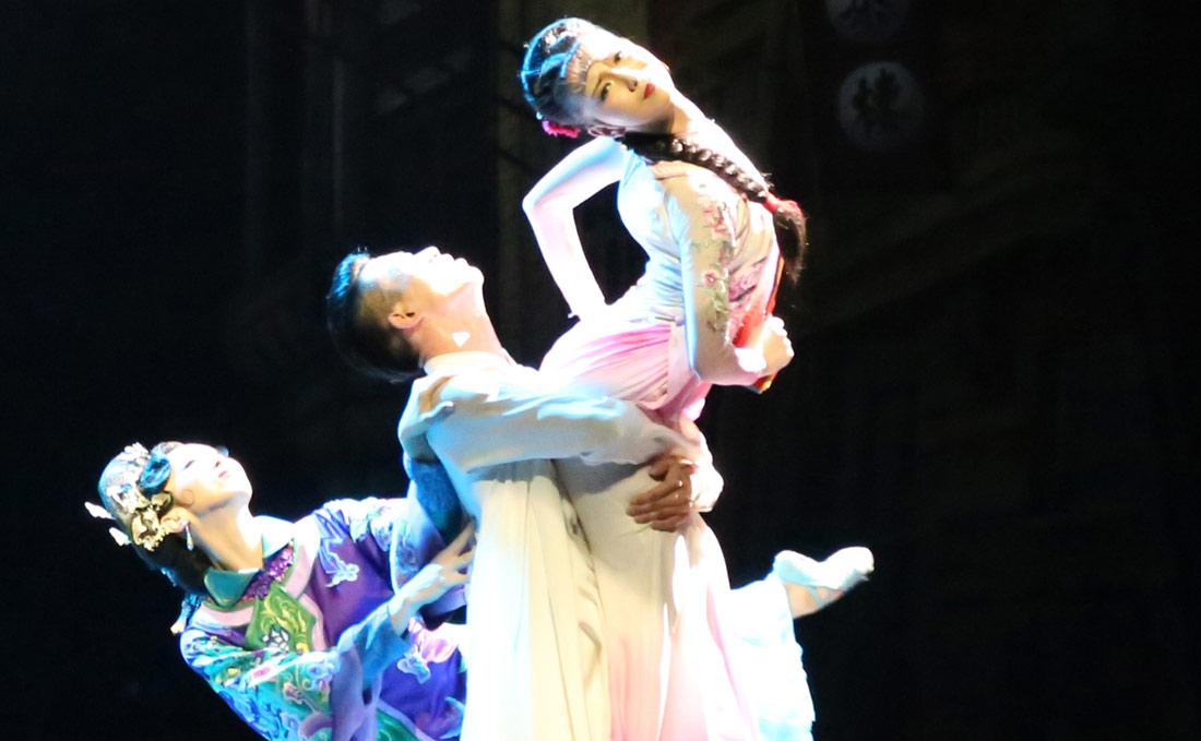 肖雪峰以主要演员身份先后参演了《筑城记》《过早》《莲湘兄弟》《红高粱》《江湖》等多部舞剧,两获文华奖,多次荣获省级大奖。图为肖雪峰以男一号身份参演的《江湖》剧照。(连迅 摄)