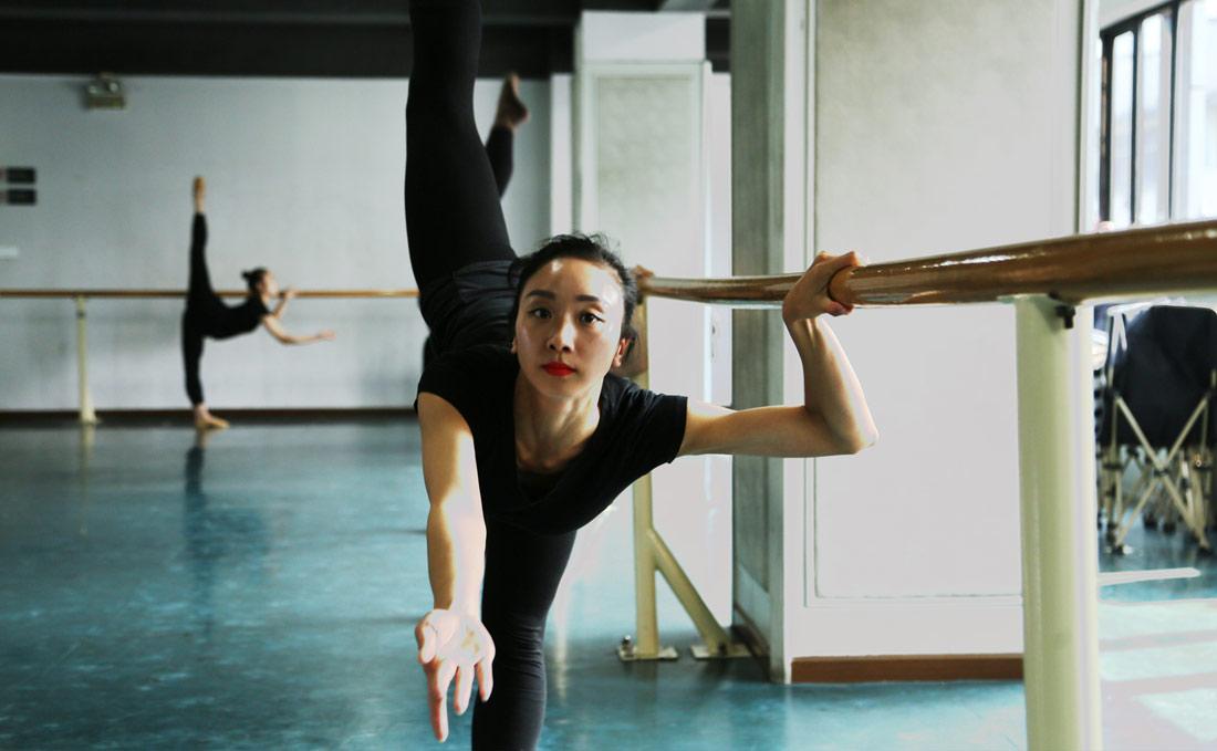 肖雪峰的妻子文艳也是武汉歌舞剧院骨干青年演员,系国家二级演员。2001年7月,文艳从宜昌市艺术学校毕业后进入武汉歌舞剧院。图为文艳训练照。(连迅 摄)
