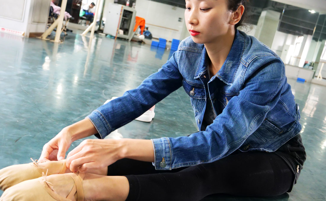 因为技术过硬,2006年,文艳在大型舞剧《筑城记》中担任女主角,并获得第八届中国艺术节观众最喜爱演员奖。她还作为主要演员参加了《兄弟姐妹》《过早》《汉正街的娘子军》等舞蹈演出,多次获奖。图为文艳训练照(赵梦琪 摄)