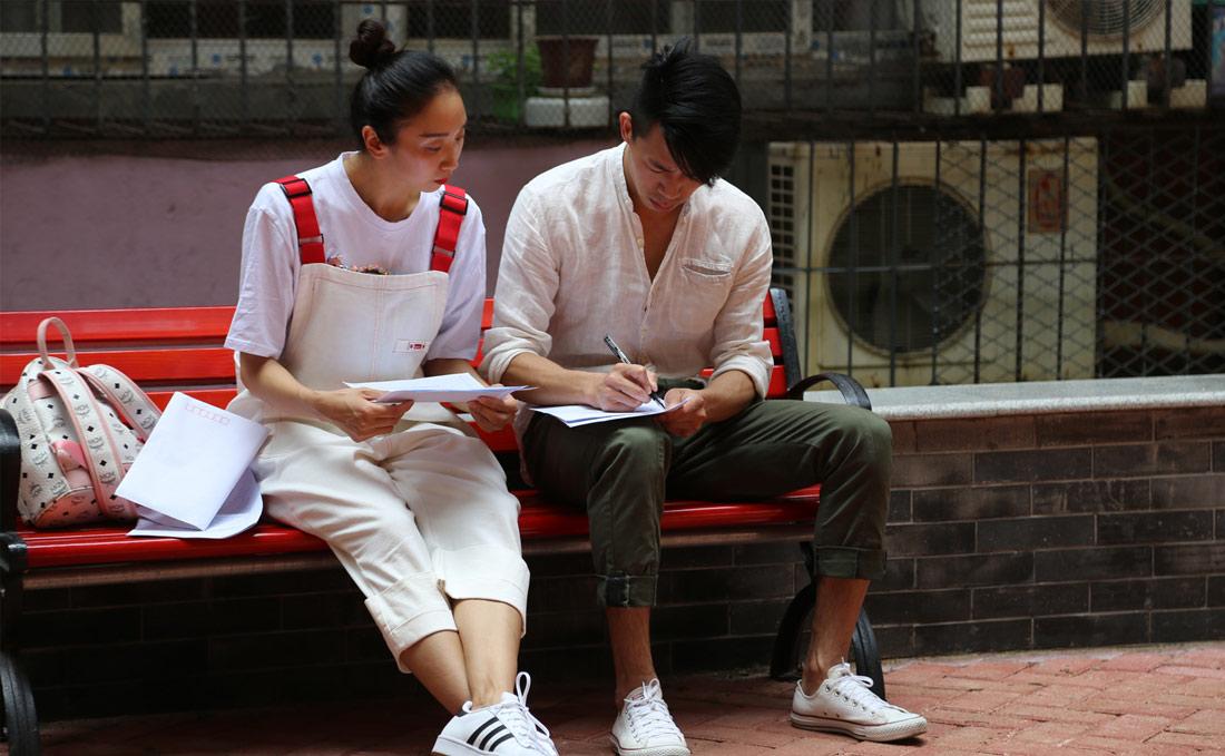肖雪峰和文艳这样一对新人经常作为搭档,被安排在一起进行日常训练和排练剧目。共同的志趣让两人逐渐走进彼此心中。图为肖雪峰和文艳在一起探讨剧本。(连迅 摄)